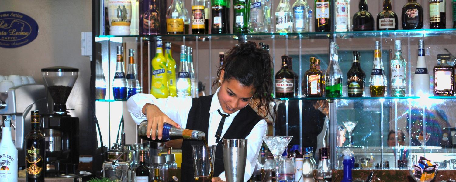 Preparazione di un cocktail nella Sala Bar interna all'Istituto